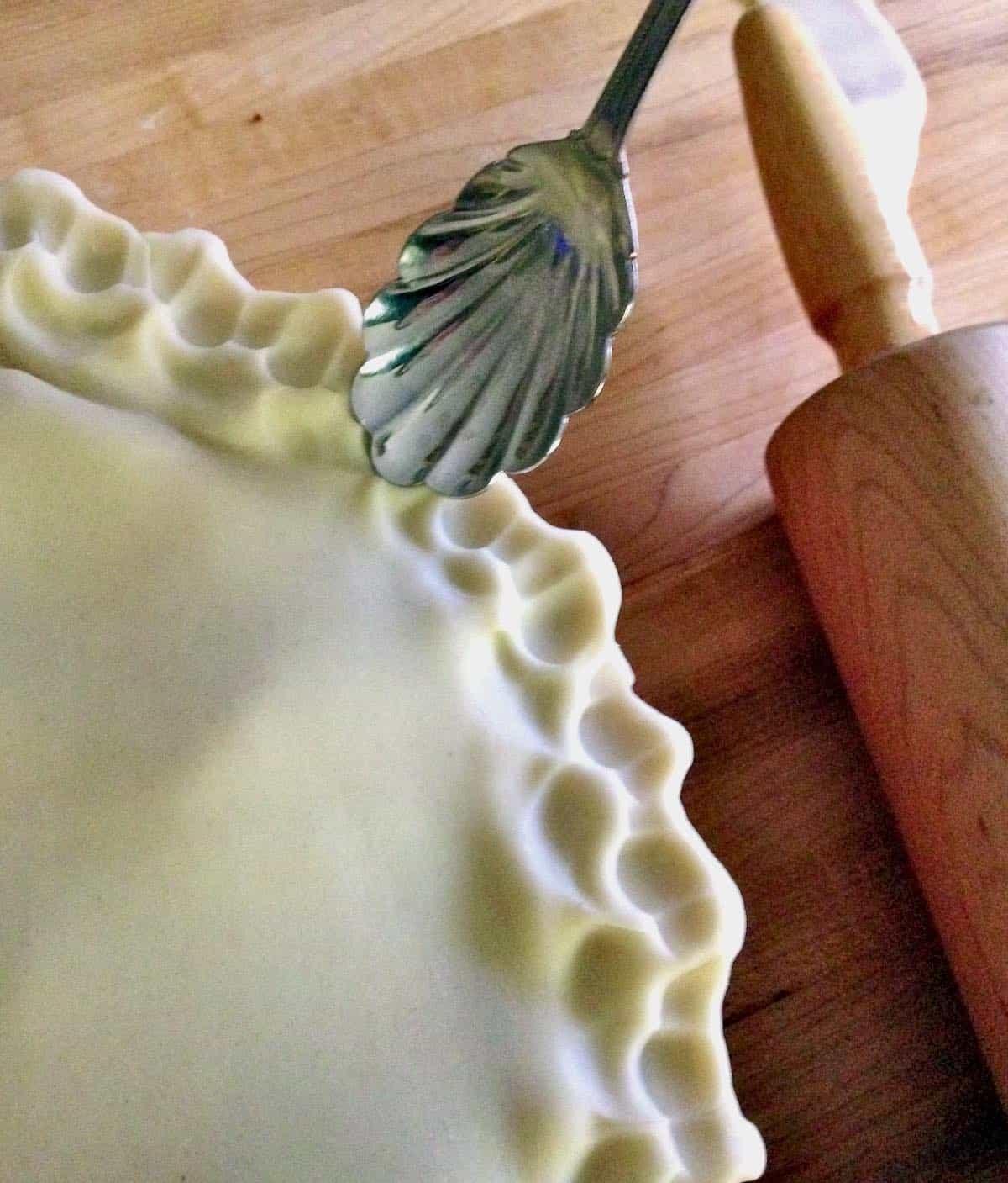 creating fluted pie edge